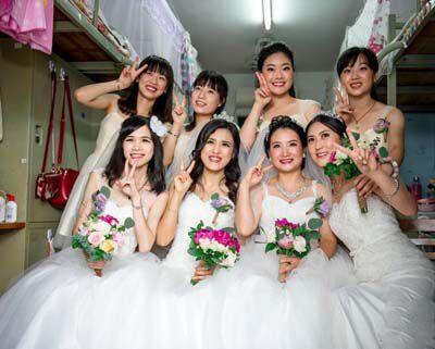 广东一大学为校友举行集体婚礼