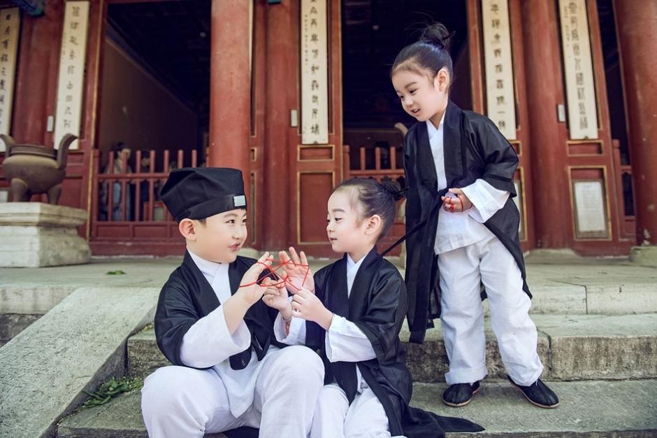 近日,北京一组小道士造型照片在网络上走红,三个小朋友萌态可掬,可爱