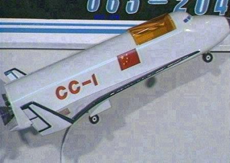图为中国空天飞机和航天飞机的模型。