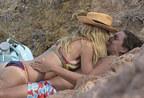 女星海边度假扑倒男友热吻