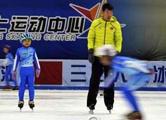 哈市室内冰场滑冰、冰球训练班受孩子们欢迎