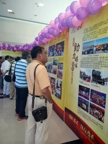 龙广人早早来到了展播区,正在回忆过去的日子。