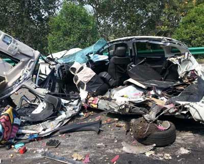 陕西高速八车连撞两人遇难 现场惨烈