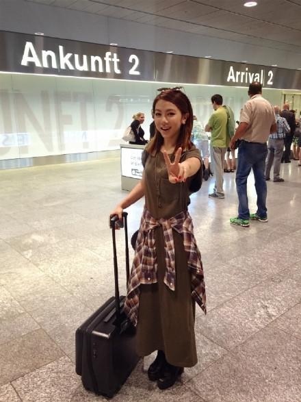 邓紫棋晒出一组自己到瑞士游玩的照片,照片中她打扮简单,对着镜头吐舌