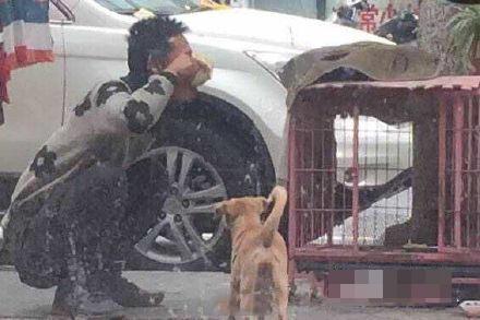 南京一名男子逗狗 突然将狗食吃光后离开