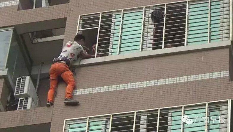 女子偷情男友突然回家 情夫阳台外挂一夜