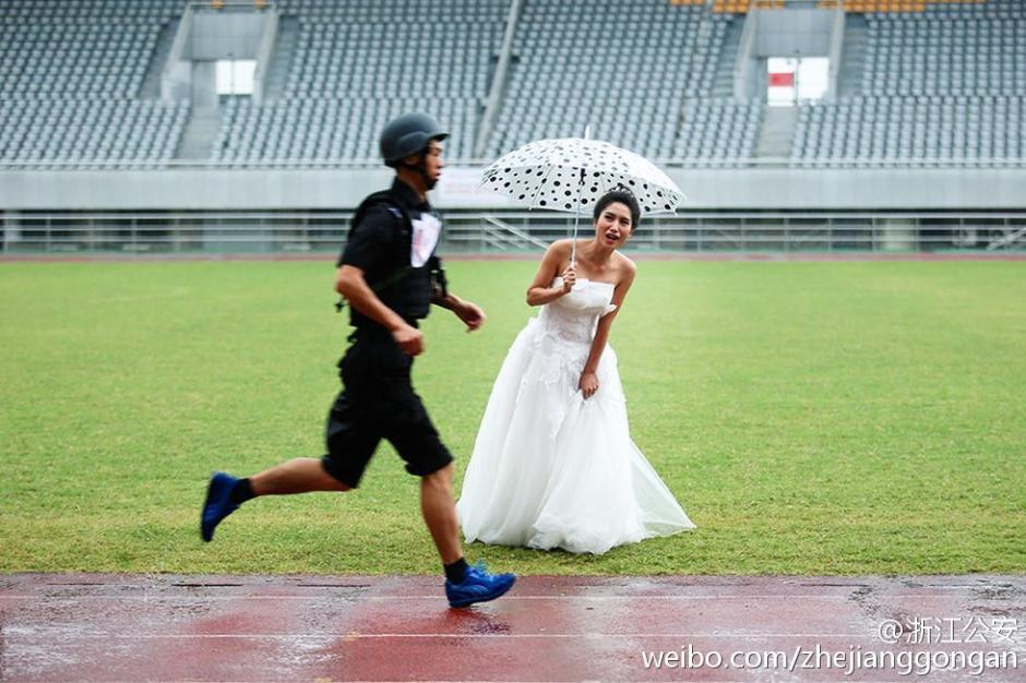 特警大喜之日参加比武 新娘穿婚纱雨中加油(组图)