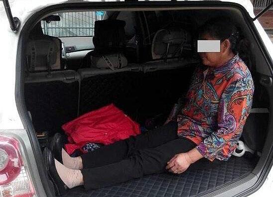 儿子嫌车内拥挤 男子让60岁母亲蜷缩后备箱(组图)