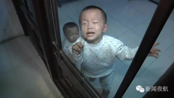 男子违法车辆被截 把双胞胎孩子扔派出所威胁警察