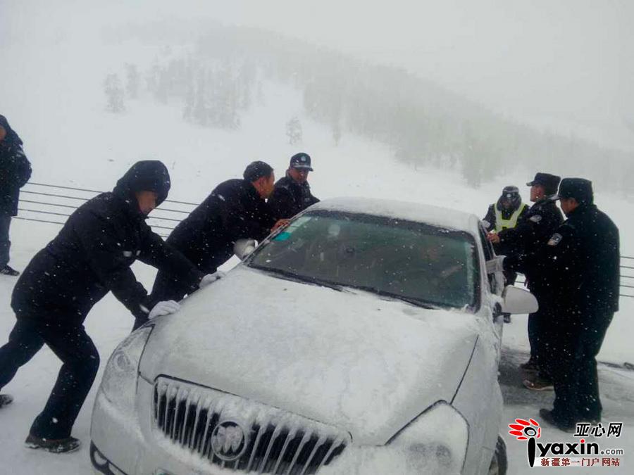 新疆喀纳斯景区降雪 民警上路推车疏导游客(组图)