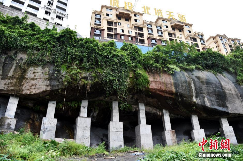 """重庆云阳高楼好似建在""""顶梁柱""""上(组图)"""
