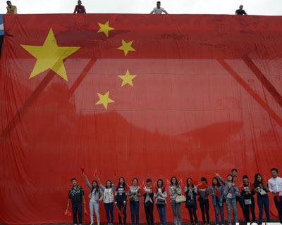 重庆市民与200平米巨型国旗合影 迎接国庆到来(组图)