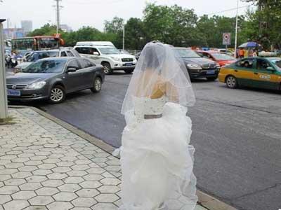 十一婚车被堵 新娘孤身一人路边等待