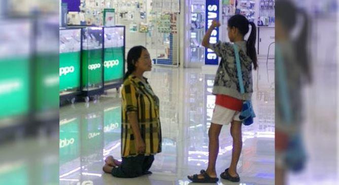 母亲跪求别买iPhone 遭15岁女儿当众斥责