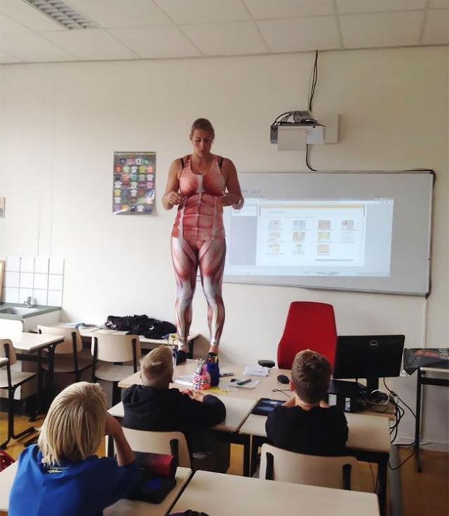 荷兰女教师课上脱衣讲人体构造走红(组图)