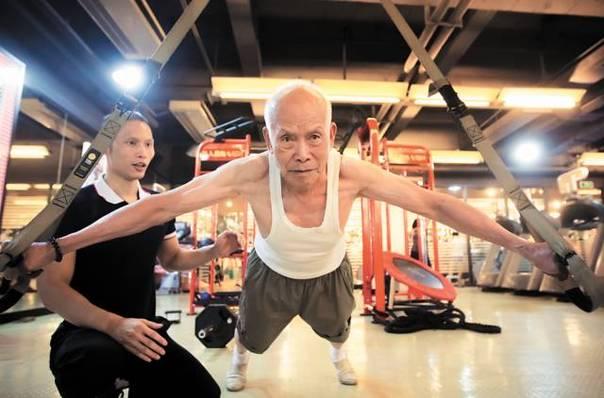 """广州93岁肌肉""""型爷""""走红 70岁开始健身(组图)"""