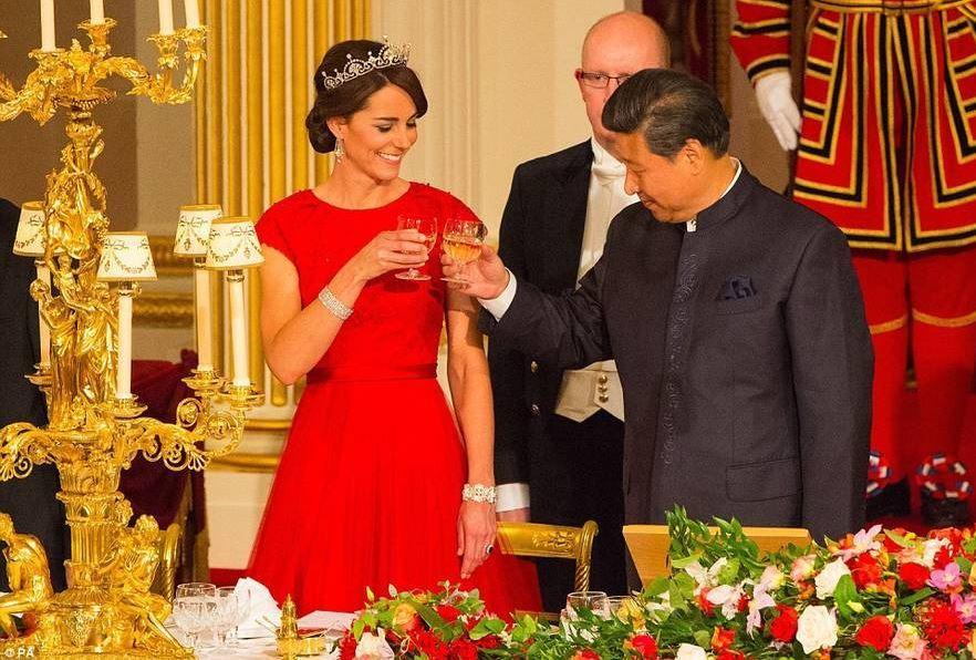 习近平夫妇出席英国国宴 与凯特王妃碰杯
