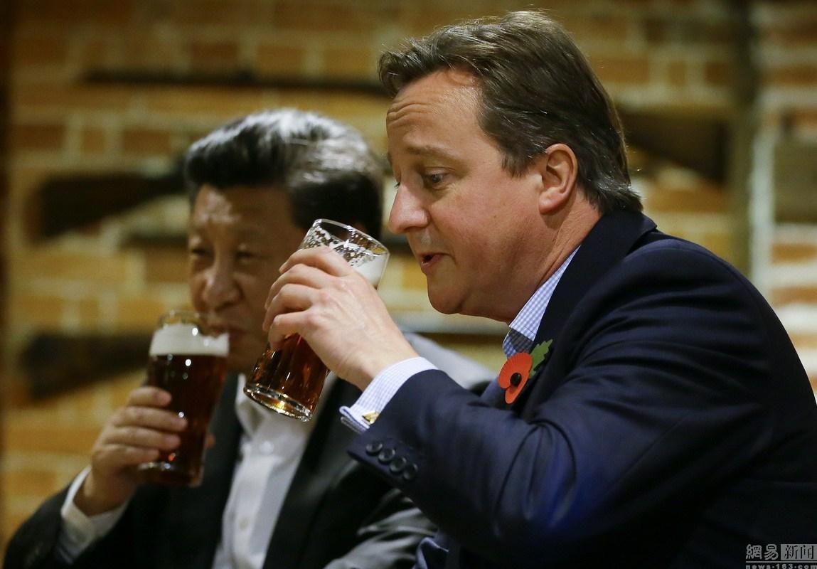 习近平与卡梅伦酒吧喝啤酒
