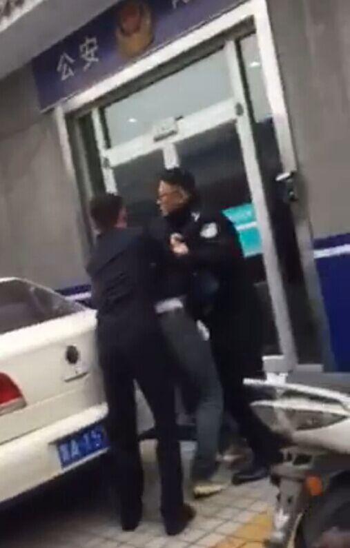 山东记者采访与民警冲突 被按住强删视频