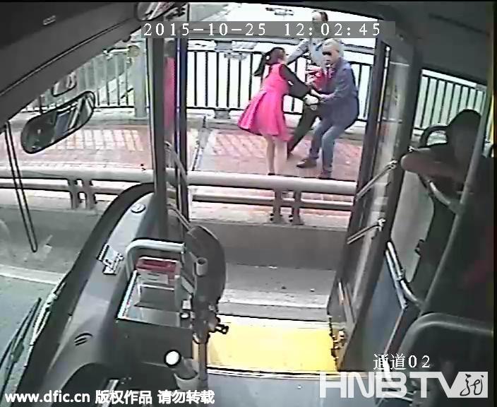 女子跳江瞬间 公交司机停车冲下救人(组图)