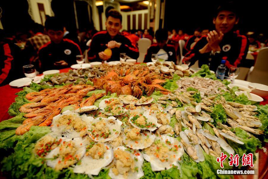 辽宁宏运保级成功摆豪华宴席 海鲜摆满桌