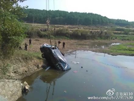 湖南运钞车爆胎坠桥致3死 散落400万现金(组图)
