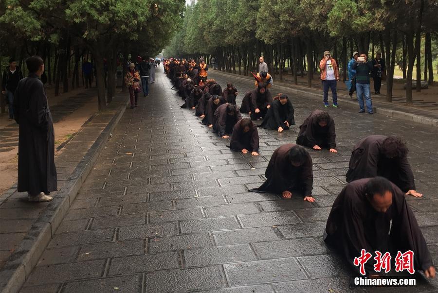 郑州百名信众徒步五日雨中朝拜少林寺
