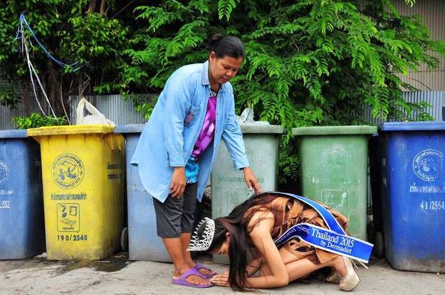 泰国17岁少女选美夺冠 回乡跪谢拾荒母亲(组图)