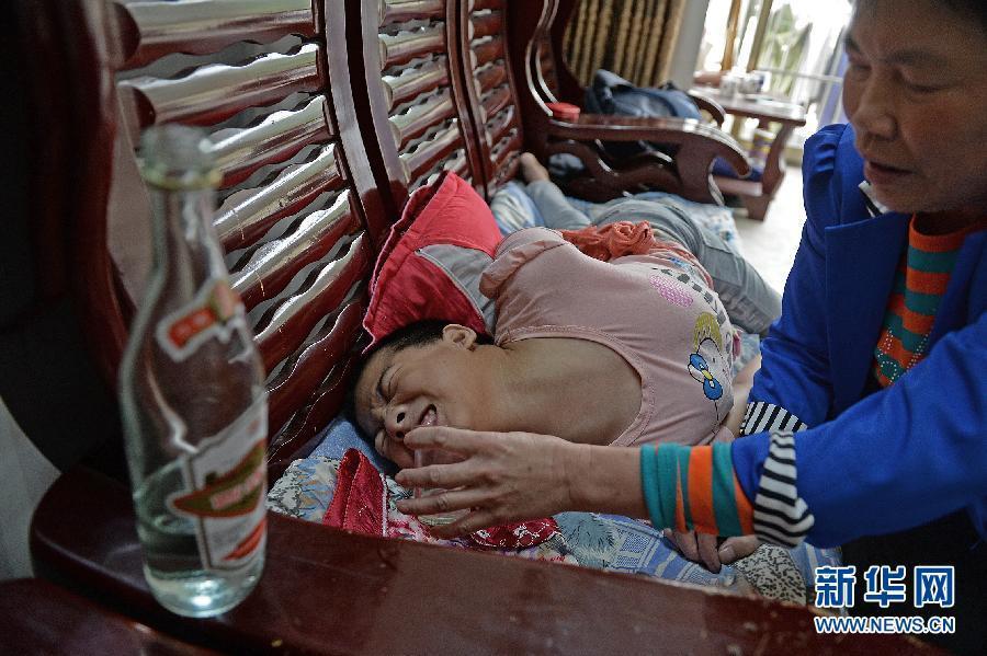 江西13岁脑瘫女孩每天喝一斤白酒止痛