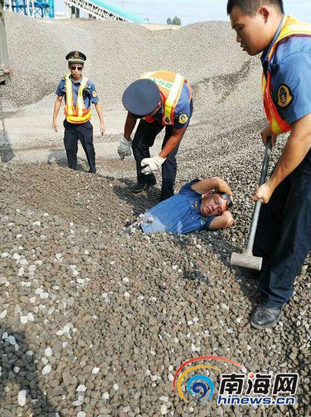 超载车被查强行卸货 执法人员险被活埋