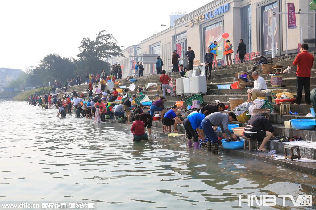 三峡175米蓄水完成 市民搬洗衣机江边洗衣