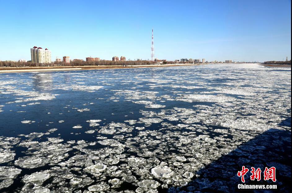 黑龙江黑河段呈现冰排景观