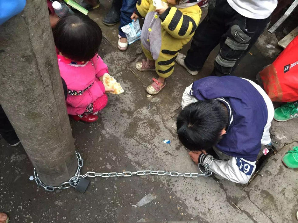 男童被母亲用铁链锁街头电线杆示众(组图)