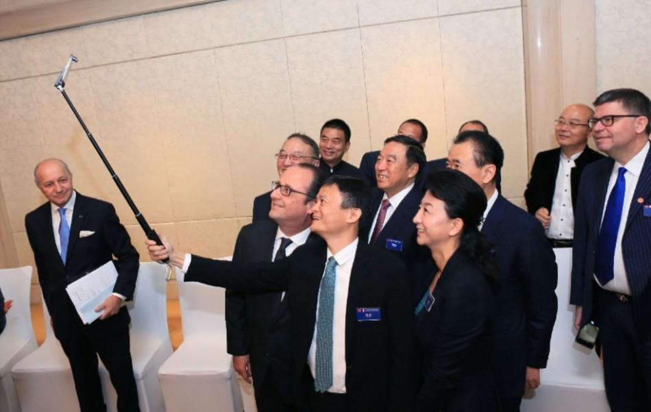 奥朗德出席中国企业家论坛 与马云王健林自拍