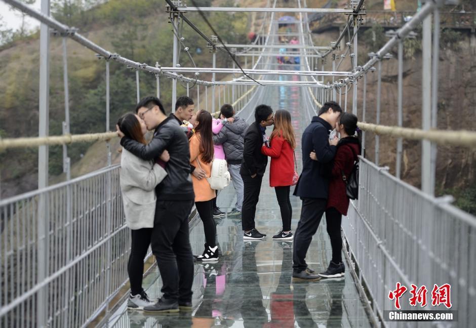 """众情侣湖南平江高空玻璃桥接吻庆""""脱单"""""""