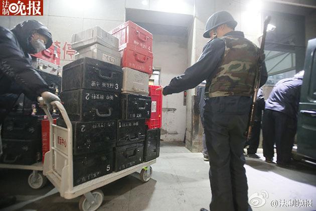 新版人民币出库 43辆武装押运车排队取钞