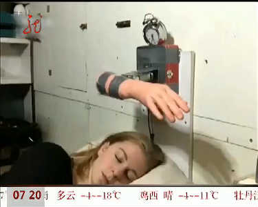 女子制作360度打脸闹钟专治赖床