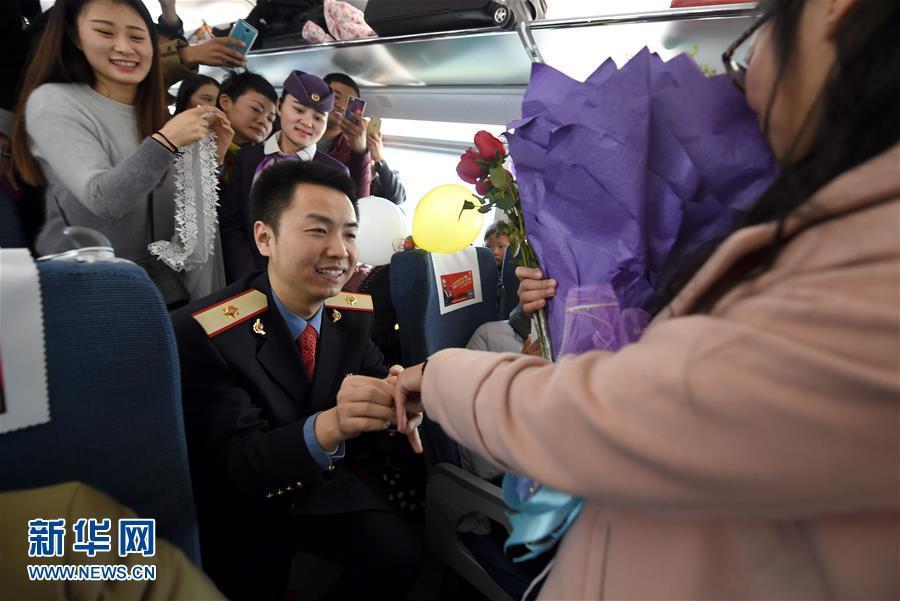 列车安全员春运前高铁内求婚女友(组图)