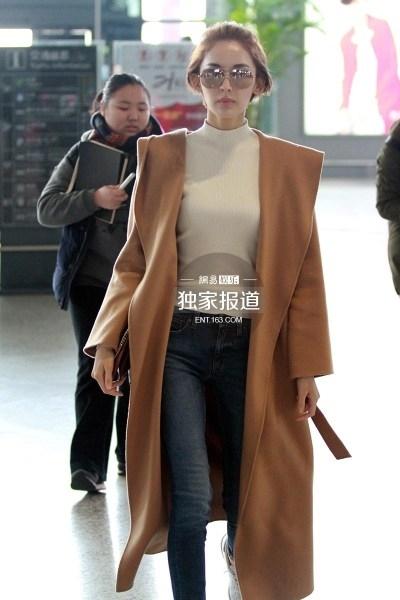 3 / 5 古力娜扎穿紧身毛衣现身机场 上围凸显.