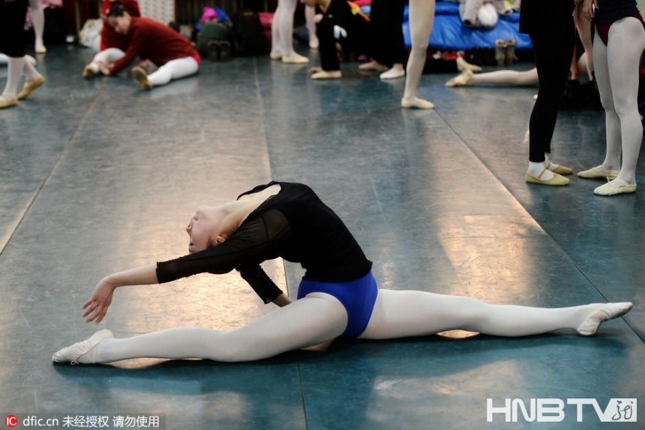 2016年2月17日,山东省济南市,在山东艺术学院的舞蹈表演专业艺考考试之前,考生们相互帮助进行各种高难度技巧动作热身。据了解,今年舞蹈专业计划招生106人,报考人数超过400人,每名考生的考试时间只有20分钟,考生们根据音乐即兴表演,如果不能在有限的时间里充分表现出自己的舞蹈表演天赋与能力,音乐停下的那一刻就是她们与梦想告别的时间。