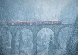 瑞士列车雪中驶过百年大桥 美如童话仙境