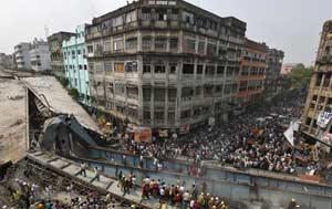 印度在建天桥坍塌 超过百人被埋废墟中