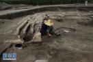 图为考古人员在发掘现场工作(资料图片)。 新华社发