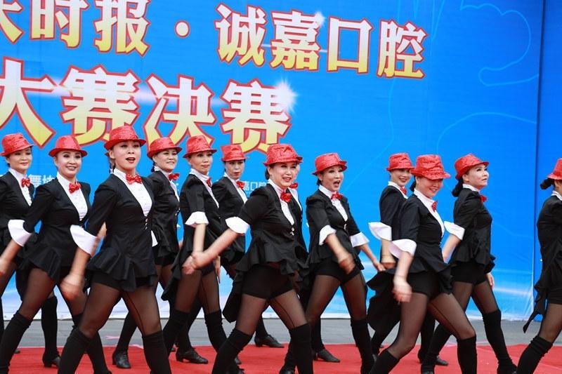 图为大妈爵士舞造型引爆全场,吸引众多过路市民前来观看。