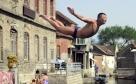 图为一位市民在练习跳水。