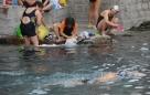 2016年5月18日,按照《济南市名泉保护条例》,在济南各泉池中游泳,是被明令禁止的行为。王府池子,又名濯缨泉,这里每天吸引着大批游泳爱好者,很多人不仅游泳还冒险跳水、泡澡、洗刷衣物,对周围环境及水质均有一定的破坏。