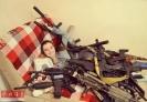 与部分仿真枪收藏合影的Elena,她的收藏量可用叹为观止来形容。与娇小的身材形成鲜明对比,她的仿真枪收藏类型涵盖了各个种类,从手枪、突击步枪再到轻机枪应有尽有。
