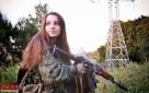Elena手持AK步枪摆POSE,这张标准照也是她曝光率最高的几张之一。