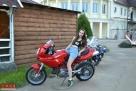 同样酷爱摩托的Elena。