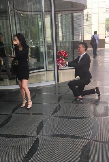 """520谐音""""我爱你"""",不少年轻人选择在这个特殊的日子告白。今天中午就有一名开着豪车的男子在北京金融街表白。"""